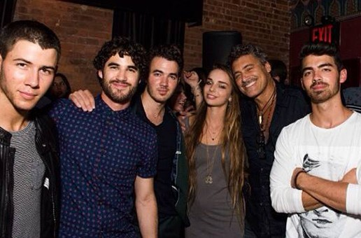 STYLE : Darren Criss, meeting the Jonas Brothers, in a Marc by Marc Jacobs shirt.